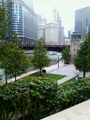 Chicago Riverwalk at Wabash Memorial Plaza - blog (Wikimedia Commons)