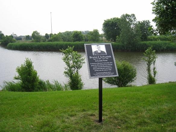 Schustek Pond with the new plaque, in all its glory (Photo copyright 2015 by M.R. Traska; all rights reserved)